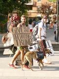 ` Geef me 1$ of Im stemmingstroef ` zegt sommige gelukkige kerels in New York vóór de verkiezingen royalty-vrije stock fotografie