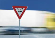 Geef opbrengstverkeersteken en vrachtwagen uiting royalty-vrije stock foto's