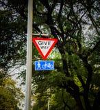 geef voor voetgangers en de raad van het cyclusteken uiting royalty-vrije stock afbeelding