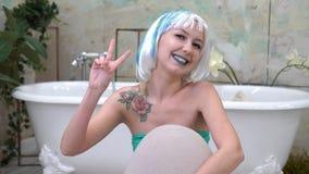 Geef vrede een kans Portret van een vrij jonge vrouw die het vredesteken in de badkamers tonen Royalty-vrije Stock Fotografie