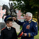 Geehrter Militärpilot, Oberstgeneral von Flugzeugen Nikolay Moskvitelev mit dem Moskau-Kadetten Stockbild