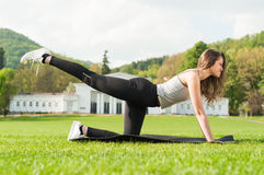 Geeignete attraktive Frau, die Aerobic-Übung im Park tut Stockfoto