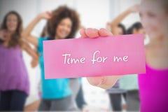 Geeignete blonde haltene Karte, die Zeit für mich sagt Lizenzfreie Stockfotografie