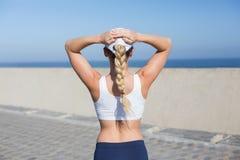 Geeignete blonde Stellung auf dem Pier Lizenzfreies Stockbild