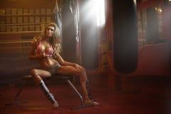 Geeignete Frau der erstaunlichen Blondine während des Trainings Lizenzfreie Stockbilder