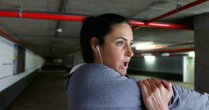 Geeignete Frau, die Übung 4k ausdehnend tut stock footage