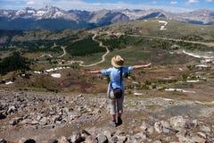 Geeignete Frau, die auf der alpinen Spur vally genießt Gebirgs-Ansicht steht Lizenzfreie Stockfotografie