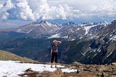 Geeignete Frau, die Mountain View genießt Stockbild