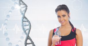 Geeignete Frau, die Wasserflasche gegen DNA-Struktur hält Stockfotografie