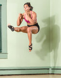 Geeignete Frau tretendes gerades Mid Air Stockfotos