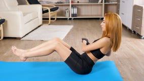 Geeignete junge Frau auf dem Boden auf einer blauen Matte, die Krisen tut stock video