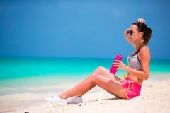 Geeignete junge Frau des Active in ihrer Sportkleidung während der Strandferien Lizenzfreie Stockfotos