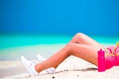 Geeignete junge Frau des Active in ihrer Sportkleidung während der Strandferien Lizenzfreie Stockbilder
