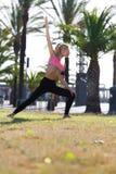 Geeignete kaukasische Frau mit schöner Zahl aufwärmend im Park am sonnigen Tag des Sommers Lizenzfreie Stockfotografie