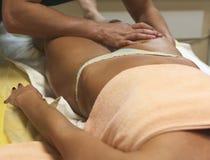 Geeignete Klientin des Brunette, die vorbei Körpermassage am Badekurortclub empfängt Stockbilder