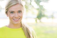 Geeignete lächelnde blonde schauende Kamera Lizenzfreie Stockfotos