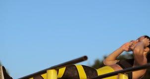 Geeignete M?dchentrainings-ABS durch das Anheben von Beinen auf einer horisontal Stange Eignungsfrauentraining, das Übungen am Se stock video footage