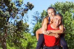Geeignete Paare, die Spaß im Park haben Stockfoto