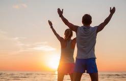 Geeignete Paare mit ihren Händen oben stockbilder