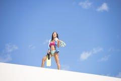 Geeignete reife Frau des Active auf Sanddüne Stockbild