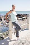 Geeignete reife Frau, die auf dem Pier steht Stockfotografie