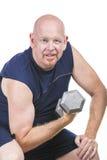 Geeigneter älterer Mann, der Gewichts-Training tut Stockfotos