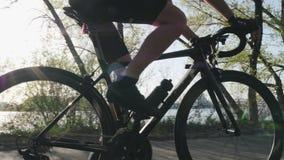 Geeigneter dünner Radfahrerabschluß herauf die radelnden und ändernden Gänge Starke Beinmuskeln, die Pedale spinnen Radfahrentrai stock video
