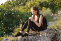 Geeigneter junger Brunette draußen stockfotografie