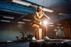 Geeigneter Kasten der jungen Frau, der an einer crossfit Art springt Stockfotos