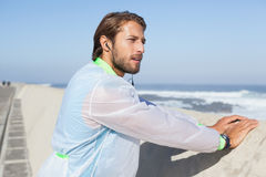 Geeigneter Mann, der auf Promenade aufwärmt Lizenzfreie Stockfotografie