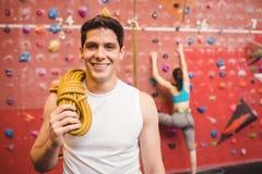 Geeigneter Mann an der Kletternwand Stockfoto