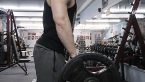 Geeigneter Mann, der schweres Barbellgewicht anhebt Zeitlupevideo stock video footage