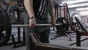 Geeigneter Mann, der schweres Barbellgewicht anhebt Zeitlupevideo stock video