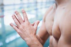 Geeigneter Mann mit seinen Händen zusammen Lizenzfreie Stockfotografie