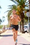 Geeigneter Mannläufer, der Herz Betrieb in der Stadt ausbildet Lizenzfreies Stockfoto