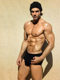 Geeigneter muskulöser Kerl Lizenzfreies Stockfoto