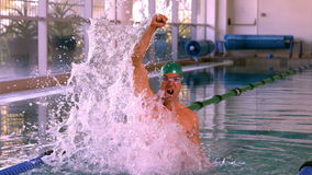 Geeigneter Schwimmer, der oben springt und im Swimmingpool zujubelt stock video