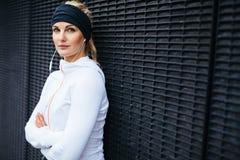 Geeigneter weiblicher Athlet, der eine Pause für Training macht Stockbild