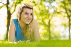 Geeignetes blondes Lügen auf dem Gras Lizenzfreie Stockfotos