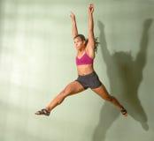 Geeignetes Frauen-Springen Lizenzfreie Stockbilder