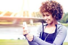 Geeignetes Mädchen mit der Afroaufstellung im Freien Stockfotos