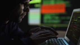 Geek del computer che cerca informazioni segrete sui server privati, accesso negato stock footage