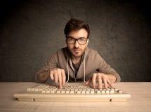 Geek del computer che scrive sulla tastiera Fotografia Stock