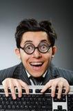 Geek di Comouter con il computer fotografie stock