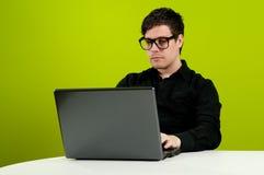 Geek die aan computer werkt Stock Foto