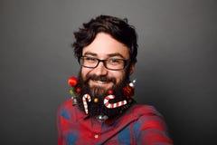 Geek maschio pronto a celebrare per i nuovi anni o il Natale fotografia stock