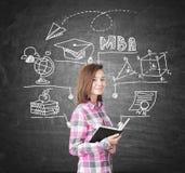Geekmeisje en MBA-schets op bord royalty-vrije stock afbeeldingen