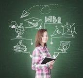 Geekmeisje en MBA-schets op groen bord royalty-vrije stock foto