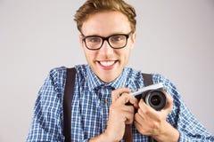 Geeky die hipster een retro camera houden Royalty-vrije Stock Afbeeldingen