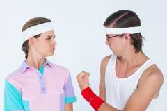 Geeky die hipster vuist tonen aan zijn meisje Stock Foto's